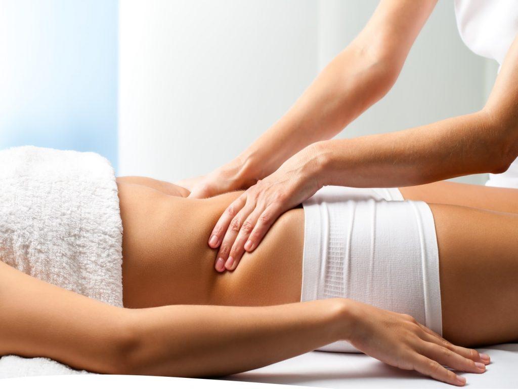mulher fazendo massagem modeladora